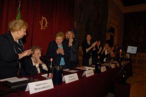"""La Presidente della Camera dei deputati, Laura Boldrini, saluta insieme a tutte le relatrici dell'iniziativa """"Triangoli di Memoria"""", Mirella Stanzione, Membro del Comitato d'onore dell'Associazione Nazionale ex Deportati (ANED)"""