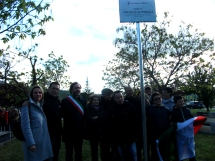 Parenti di Angelo Gunnella con il Sindaco Petrangeli subito dopo la scoperta delle targhe del parco dedicato al Capo Partigiano