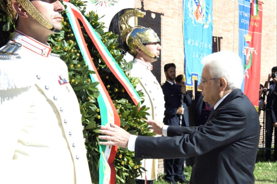 Il Presidente Mattarelladepone Una Corona Dalloro Al Memoriale Delle