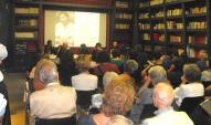 un-pubblico-numeroso-ed-attento-segue-la-presentazione-della-mostra