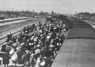 L'arrivo del treno con i deportati all'interno del campo di Auschwitz-Birkenau